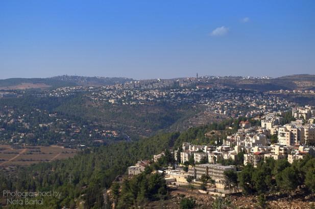 Foto da cidade repleta de montes e edifícios.