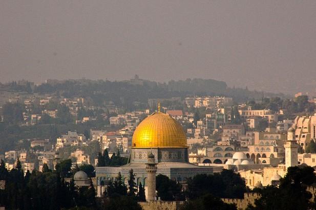 Foto de cidade com inúmeros edifícios em Jerusalém, Israel.