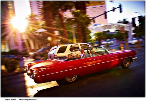 Foto de Cadillac em velocidade com sol.