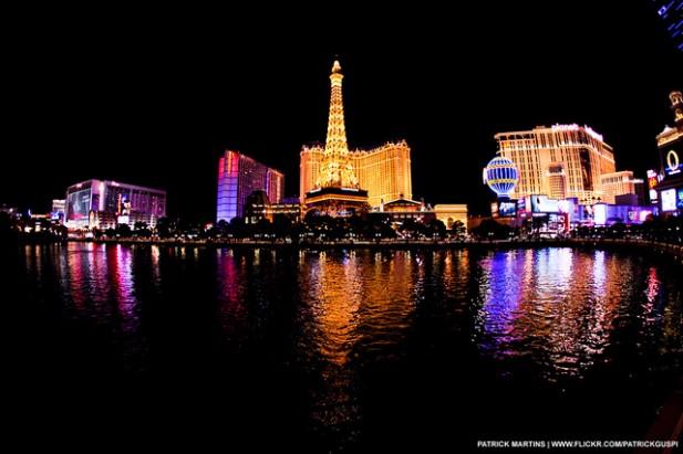 Foto de água e edifícios à noite.