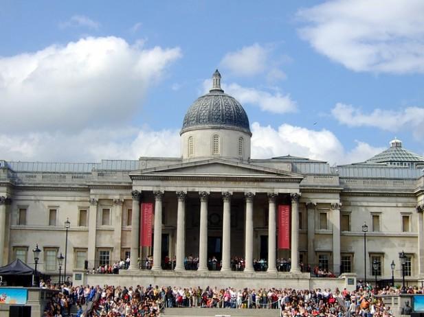 Foto da fachada de museu em Londres.
