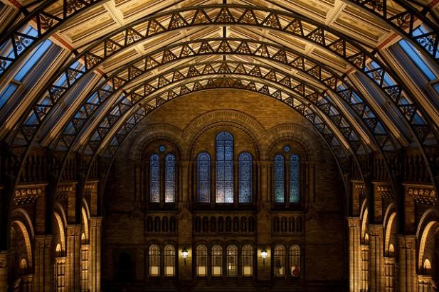 Foto de teto de museu iluminado.