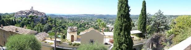 Foto de casas e montes.