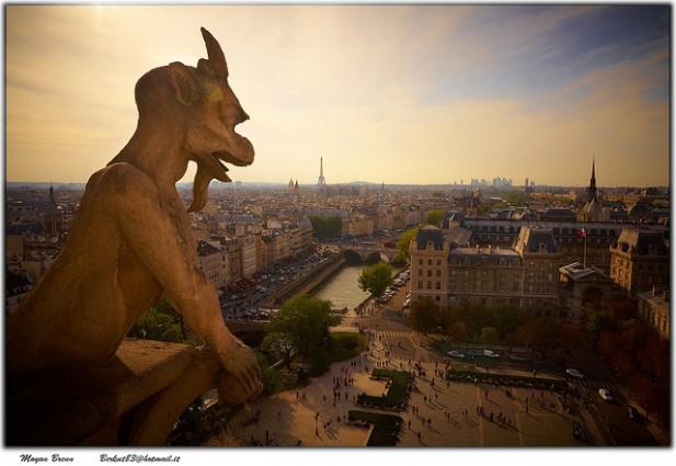 Foto de cidade com estátua em grande plano.