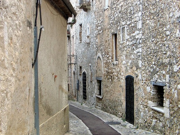 Foto de rua com casas de pedra.