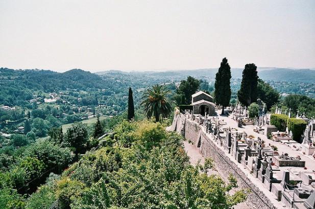 Foto de cemitério e paisagem verde.