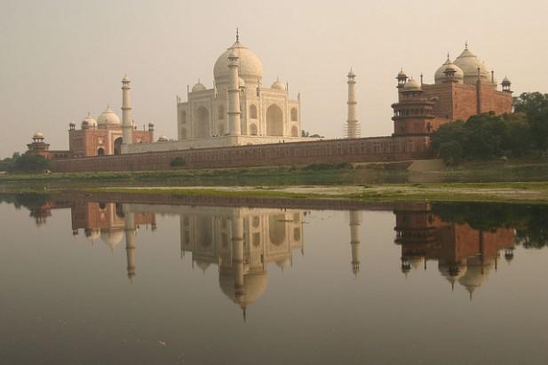Foto do Taj Mahal de lado com riacho.