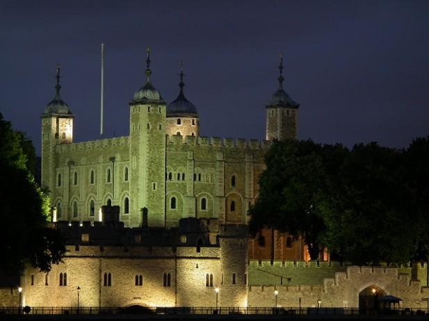 Foto de fachada de edifício à noite.