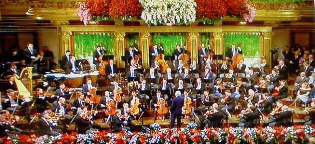 Foto de orquestra sinfónica a tocar.