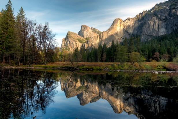Foto de rio, árvores e montanha.