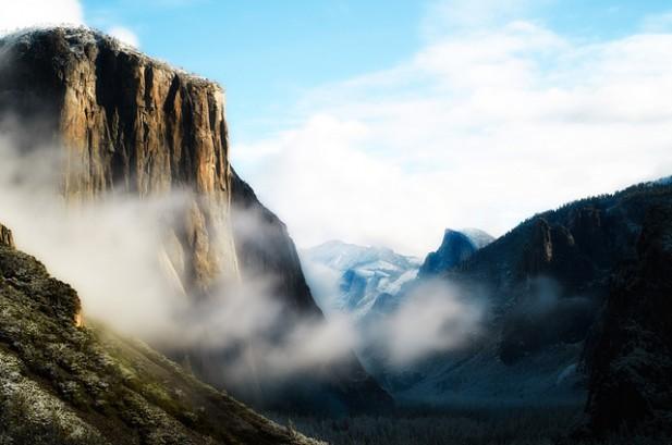 Foto de montanha e nevoeiro.