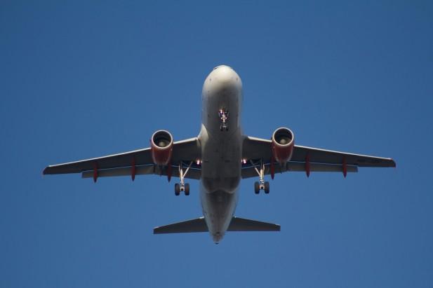 Foto de avião no ar visto de baixo.