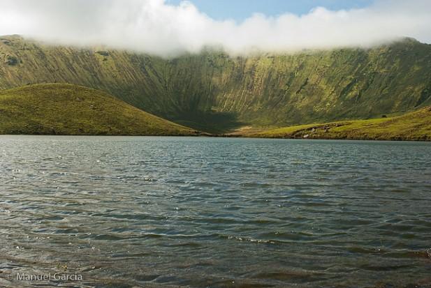 Foto de água e montanha ao fundo.