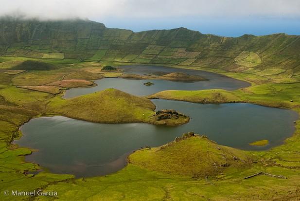 Foto de lagoa com montnhas à volta.