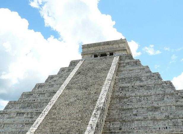 Foto de monumento com escadas.