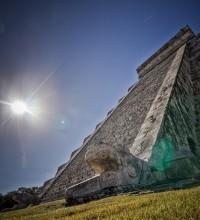 Foto de monumento com sol e escadas.