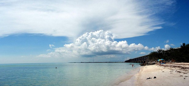 Foto de praia com mar e areia.