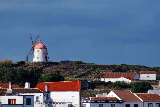 Foto de moinho vermelho e casas.
