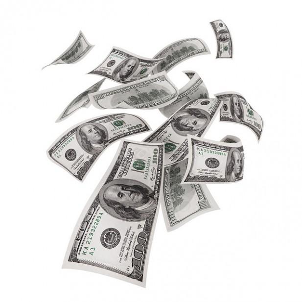 Foto de notas de dinheiro no ar.
