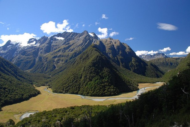 Foto de montanhas e o verde da natureza.