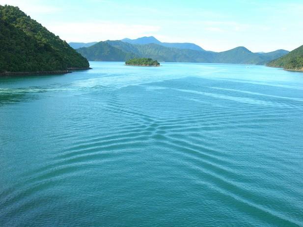 Foto lagos com ondas e montanhas.