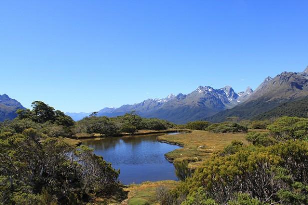 Foto de lago e montanhas.