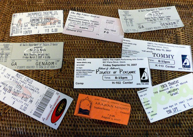 Foto de vários bilhetes pousados lado a lado.