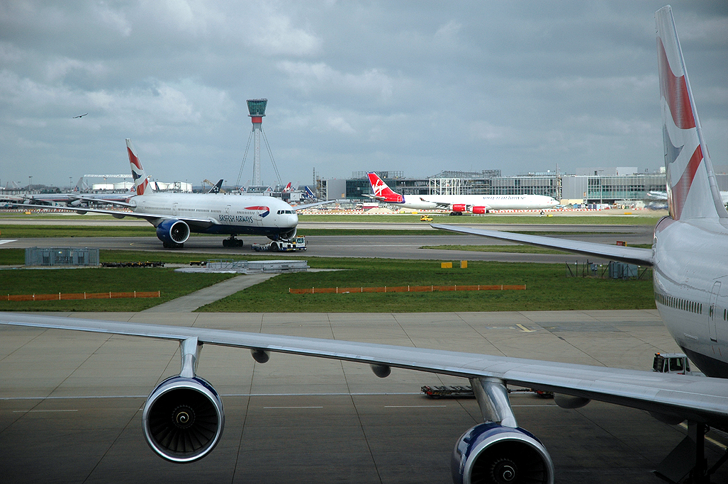 Aviões da British Airways no aeroporto de Heathrow