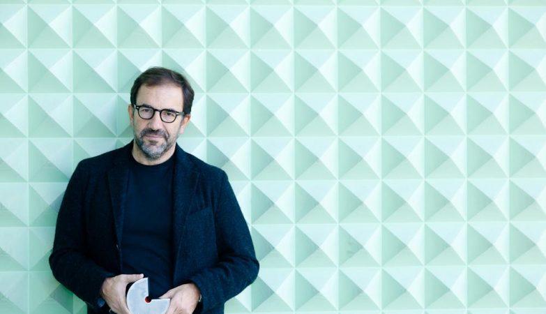 O premiado designer portuense Eduardo Filipe Aires, da White Studio, é o responsável pela nova imagem da cidade do Porto