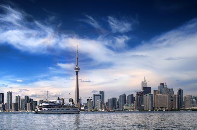 Silhueta de Toronto, no Canadá, com a sua célebre torre de telecomunicações