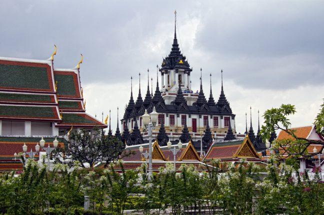 Cada uma das 37 torres do Loha Prasat Wat Ratchanatdaram, na Tailândia, representa uma virtude rumo à iluminação interior