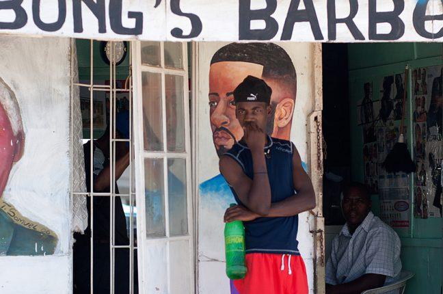 Podem encontrar-se barbeiros de bairro por todas as comunidades da África do Sul.