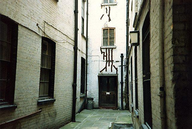 """Se a história de Sweeney Todd for verdade, toda a carnificina passou-se aqui… Na """"Hen and Chickens Court"""" em Fleet Street."""