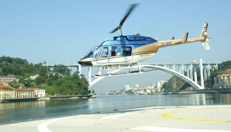 Helicóptero turístico da Helitours Douro Azul levanta voo do heliporto do Porto no rio Douro