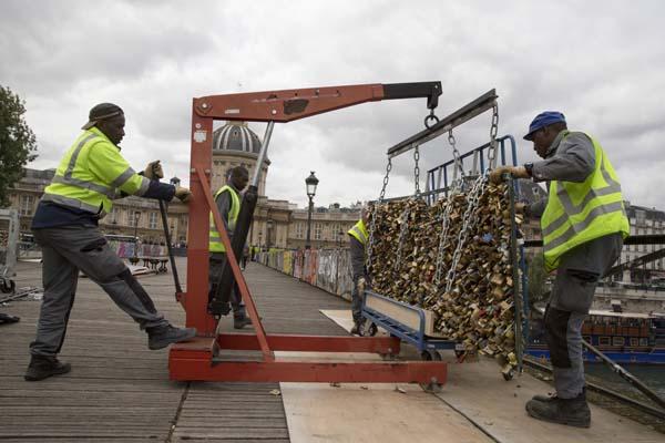 """""""Cadeados do amor"""" a serem definitivamente retirados da Pont des Arts, em Paris"""