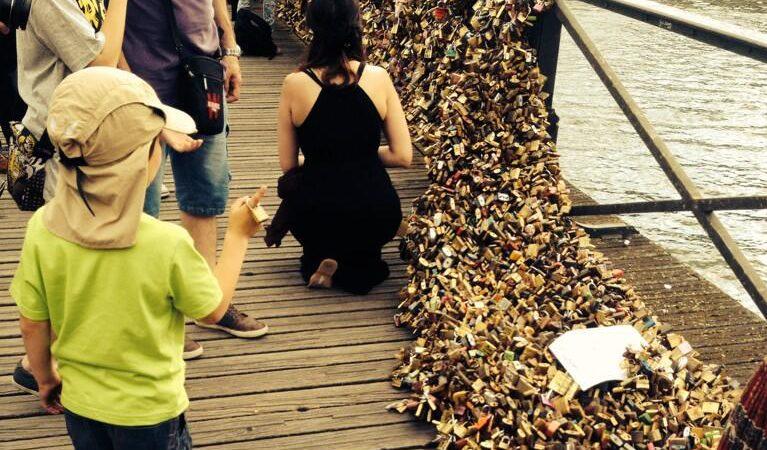 """O peso dos """"cadeados do amor"""" fez ceder uma parte da grade da Pont des Arts, Paris"""