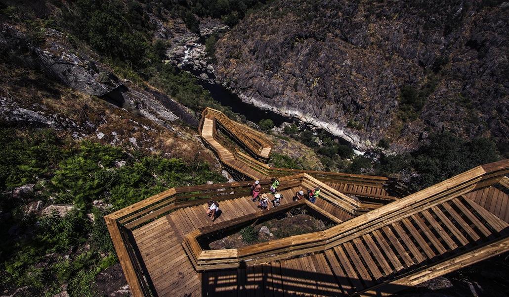 Resultado de imagem para Arouca vai ter ponte pedonal transparente sobre o Paiva