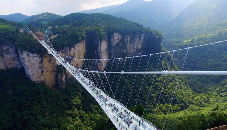 A maior ponte de vidro do mundo situa-se em Zhangjiajie, no sul da China