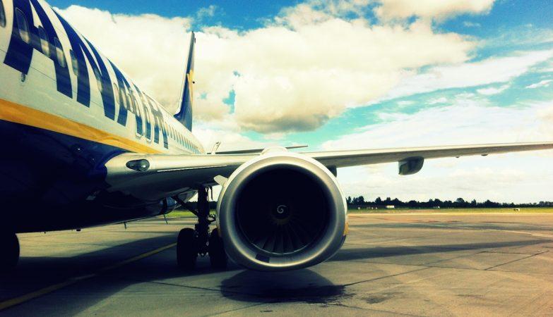 Vista frontal da turbina de um avião Boeing 737-800 da RyanAir, estacionado no Aeroporto de Dublin, na Irlanda